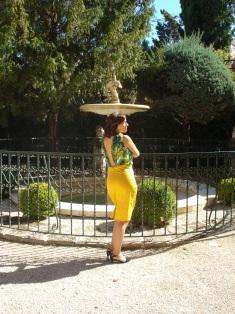 Vestido falda lápiz y blusa estampada