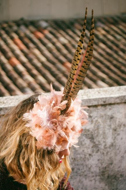 Tocado plumas de faisán y plumas rosa empolvado con tapafeas